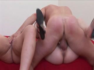 Порно видео зрелых женщин, которые очень любят секс втроем !