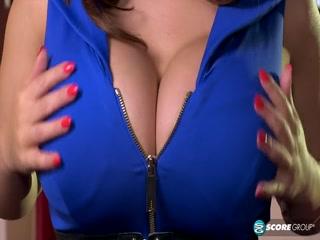 Зрелая мамочка мастурбирует