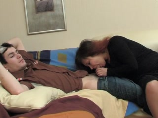 Секс со зрелой женщиной в полицейском участке на диване