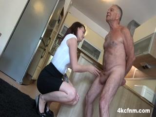 Секс с брюнеткой в черных чулках