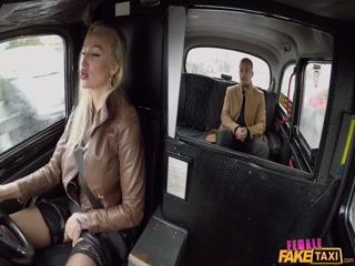 Секс с русской мамкой на заднем сидении авто  для дрочки