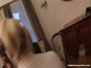 Порно видео онлайн о том, как телочки ебутся со своими парнями дома