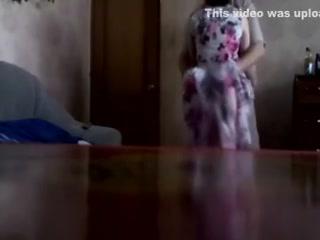 Сын трахает маму с большими сиськами на кухне
